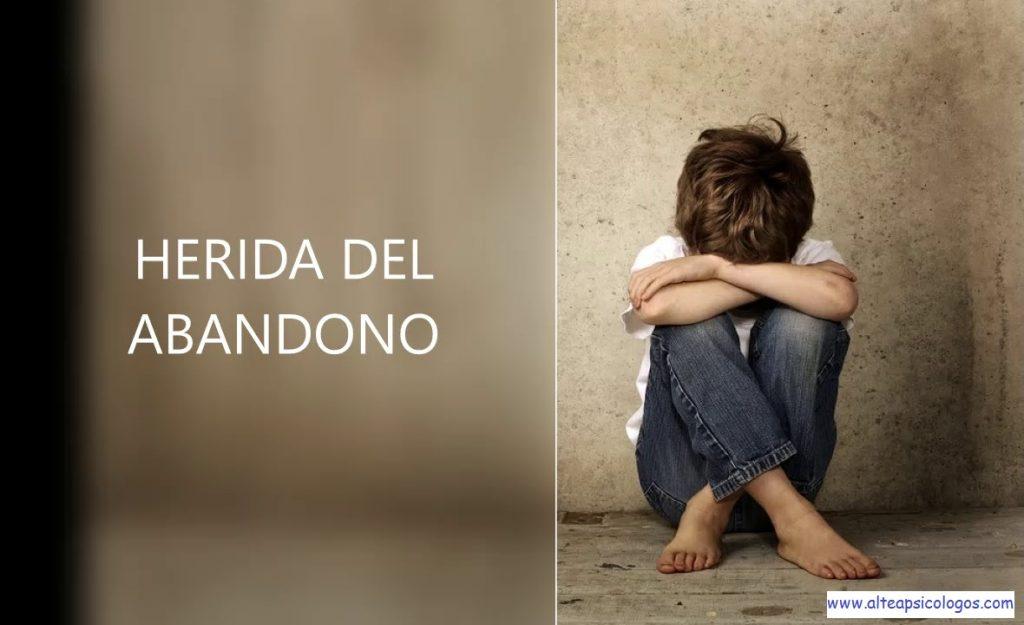 La herida de abandono tiende a conectar a la pesona con un sentimiento de soledad e indefensión, por eso se vuelve dependiente emocional de otras personas.