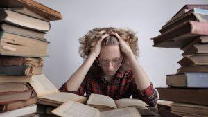 estudiante agobiado con muchas tareas por las clases online